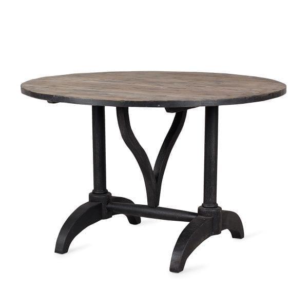 Mesas redondas de madera.