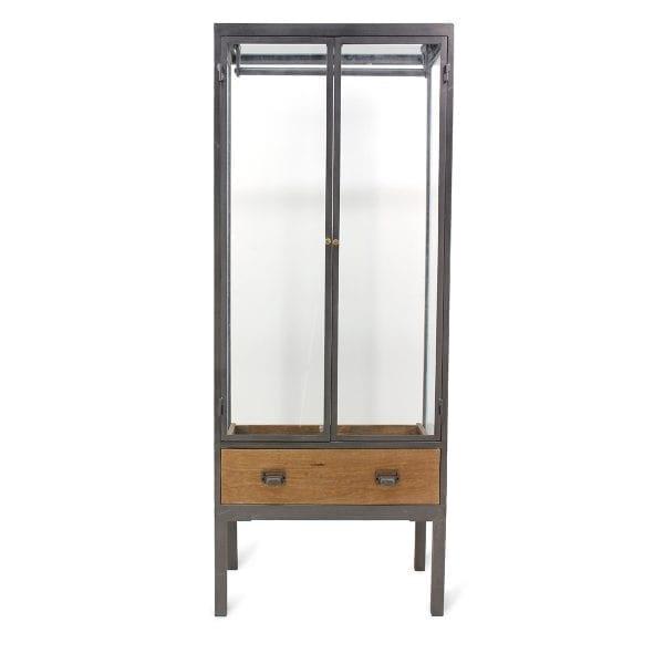 Muebles y vitrinas para tiendas de ropa.