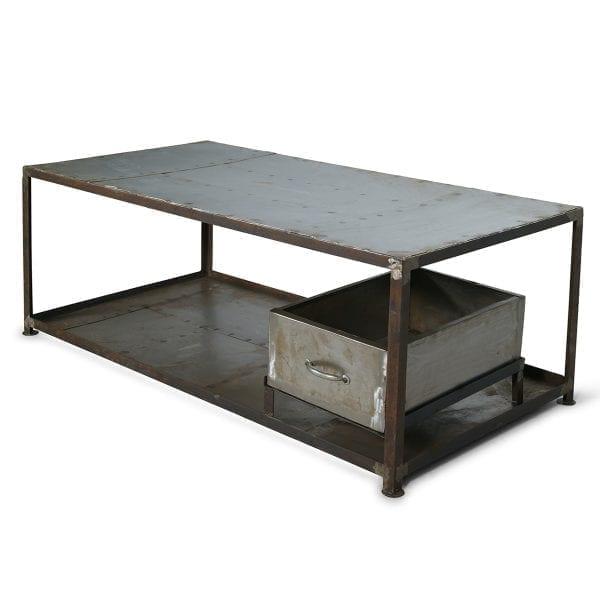 Mesas auxiliares de estilo industrial.