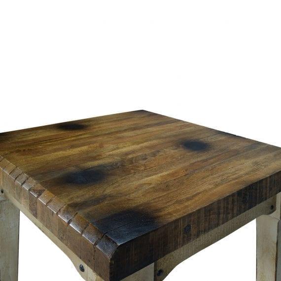 Mesas de bar robustas en madera.