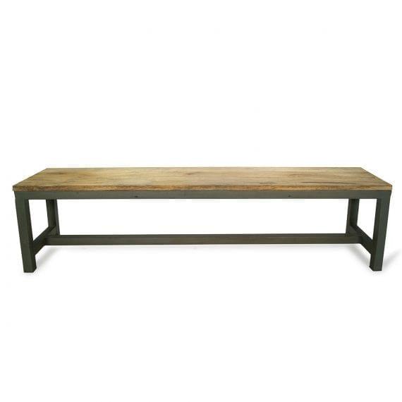 Artesa. Mesas y bancos de grandes dimensiones.
