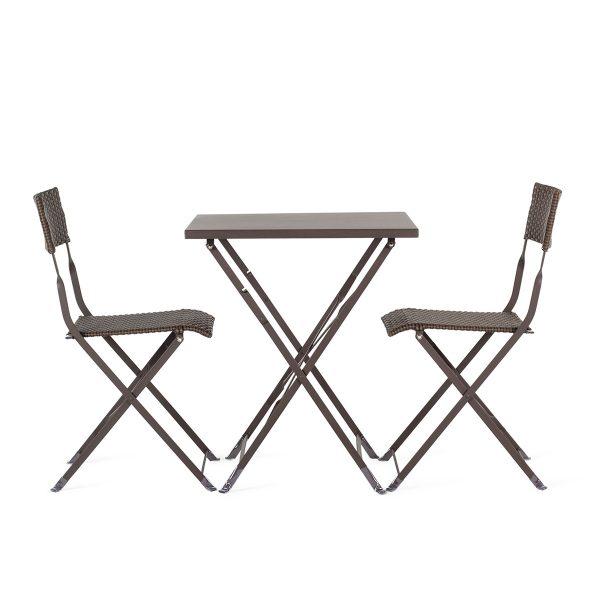 Mesas y sillas.