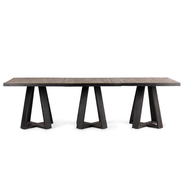Set de trois tables en bois de restaurant.