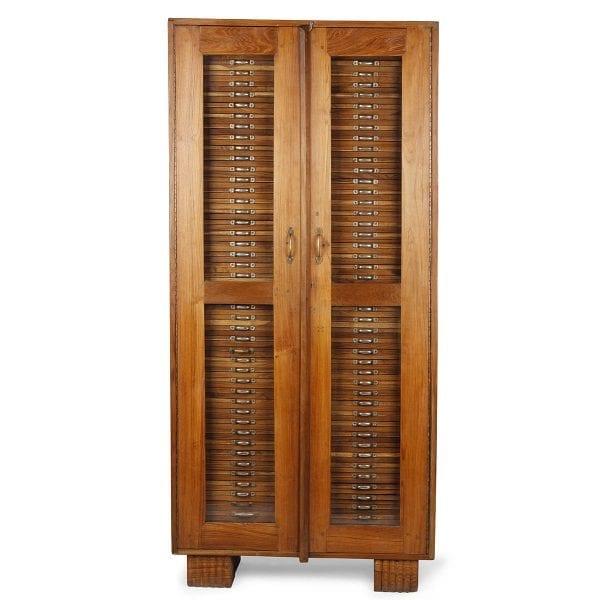 Ancien meuble à tiroirs en bois.