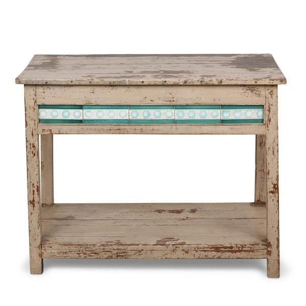 Ancienne table en bois de style rustique.