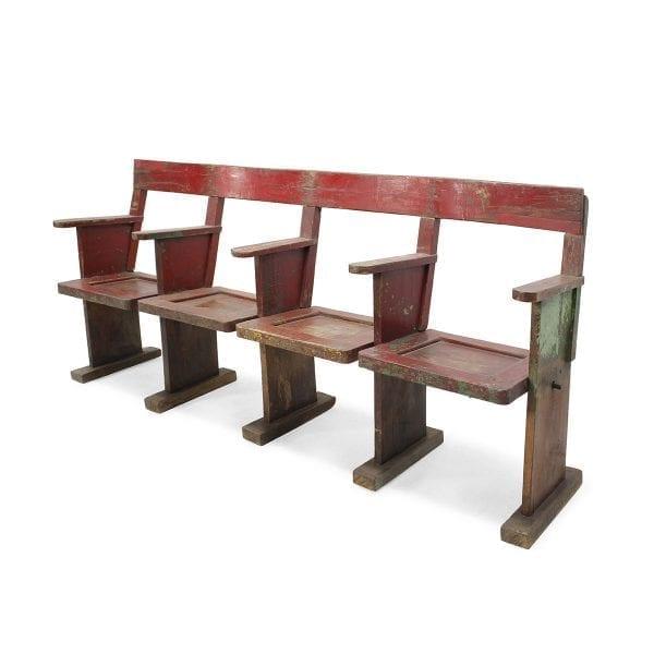Bancos de madera. rústicos, antiguos color rojo