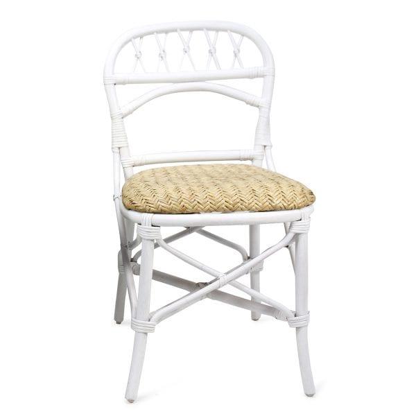 Chaise de bar ou de brasserie en rotin blanche.