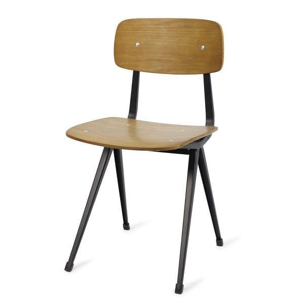 Chaise de restaurant en bois style nordique et vintage.