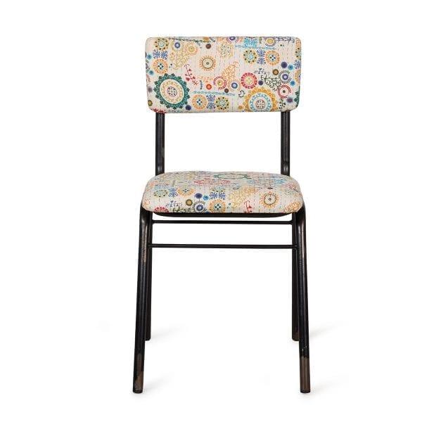 Chaise colorée de décoration vintage.