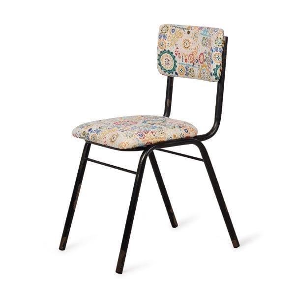 Chaise décoration vintage de couleur claire.