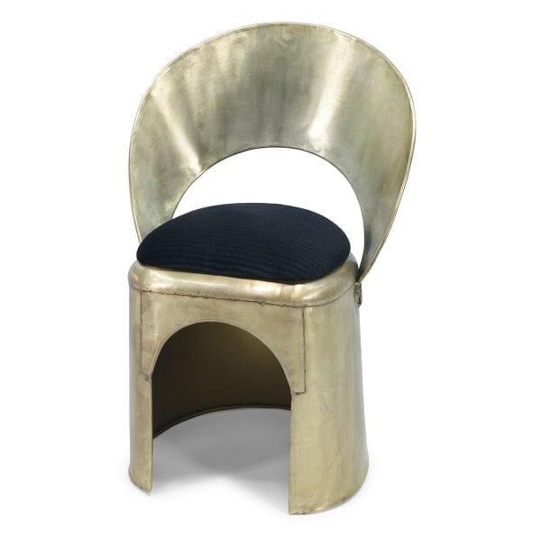 Chaise dorée pour les installations commerciales.