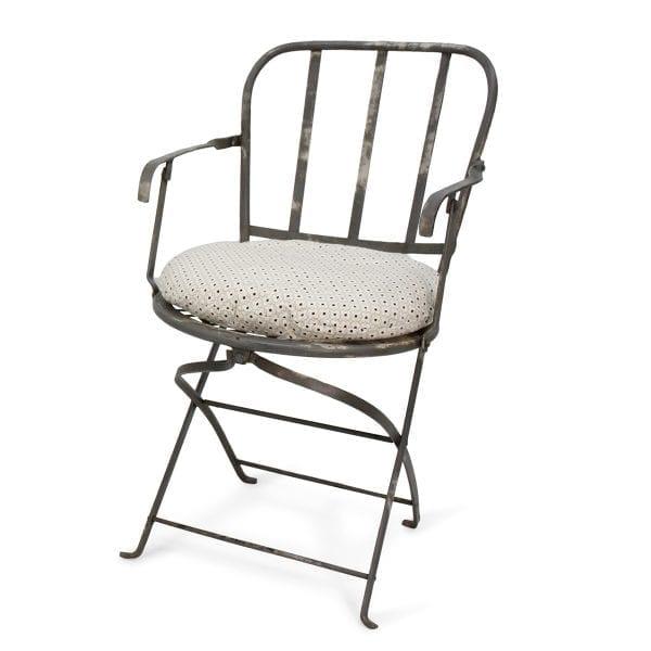 Chaises de style industriel pliables.