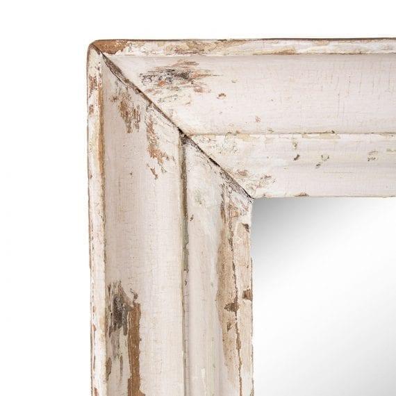 Espejo con un marco de madera antigua.