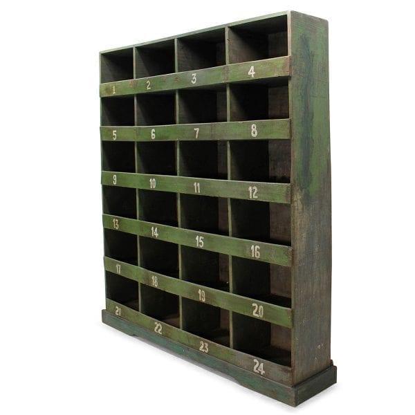 Estanterías antiguas de madera para comercios.