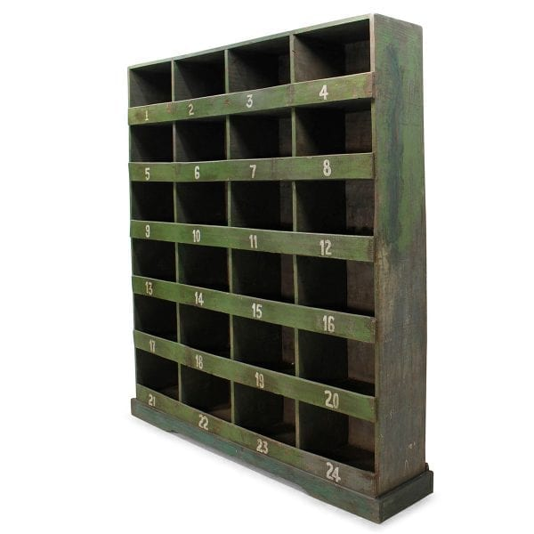 Etagère en bois vintage pour magasin.