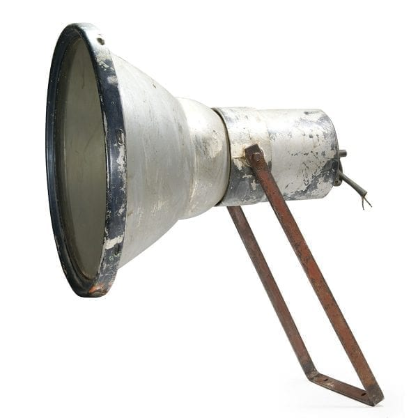 Lámparas de tipo industrial antiguas.