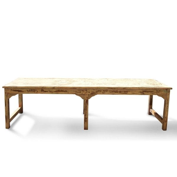 Mesa antigua en madera tono blanco.