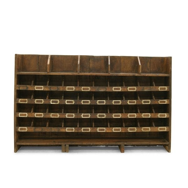 Photo.Meuble exposant ancien avec des casiers