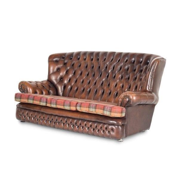 Bonito sofá Chesterfield de piel.