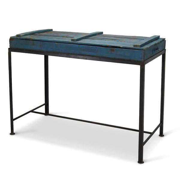 Photo.Table ancienne exposant pour les commerces.