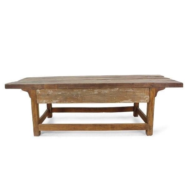 Table en bois robuste pour café.