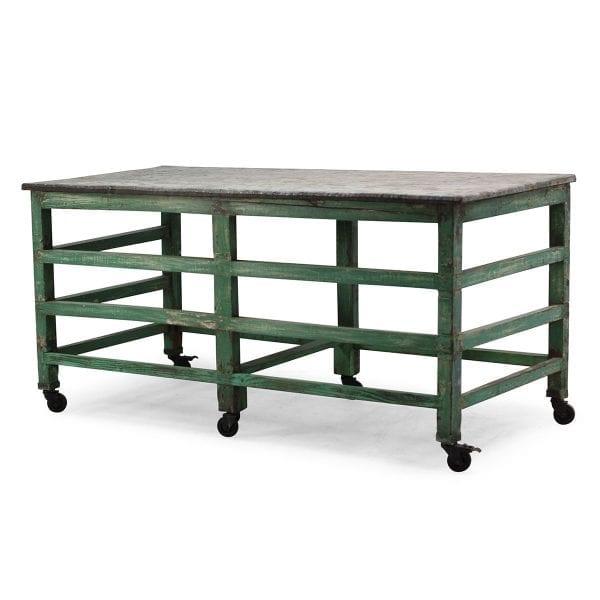 Table industrielle pour restaurant ou bar.