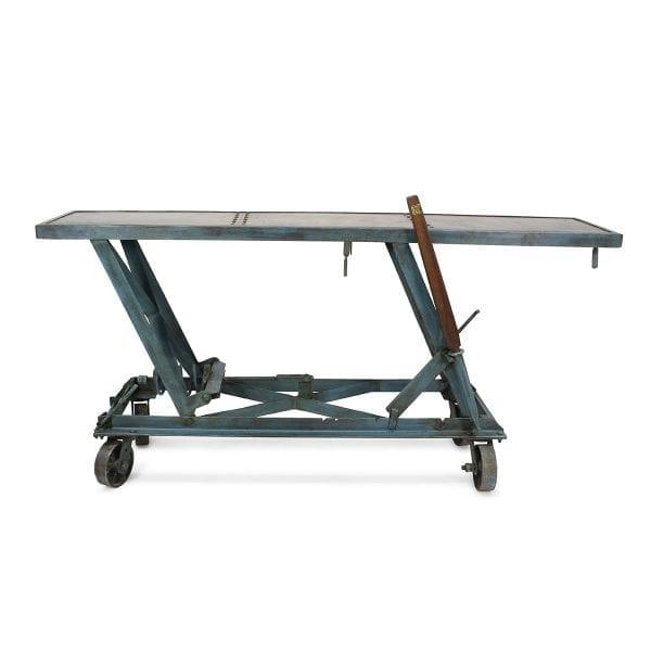 Table réglable en hauteur pour magasin.