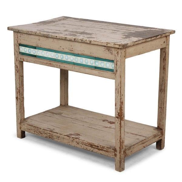 Table rustique fabriquée en bois.