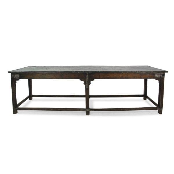 Table vintage en bois de restaurant.
