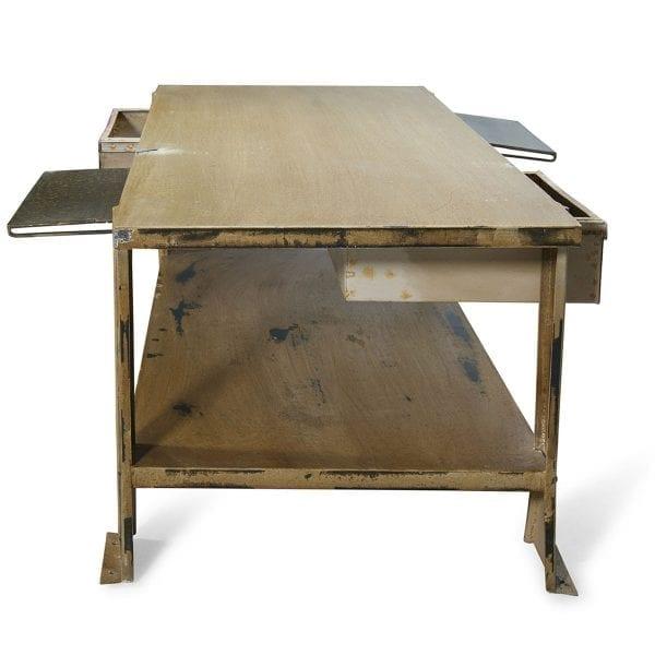 Table basse de style industriel pour magasin.