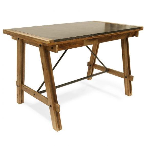 Table robuste en bois pour 4 personnes.
