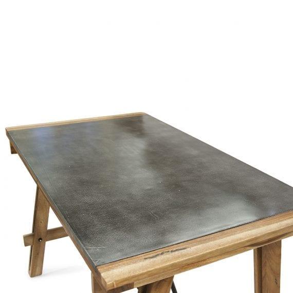 Table robuste pour 6 personnes.