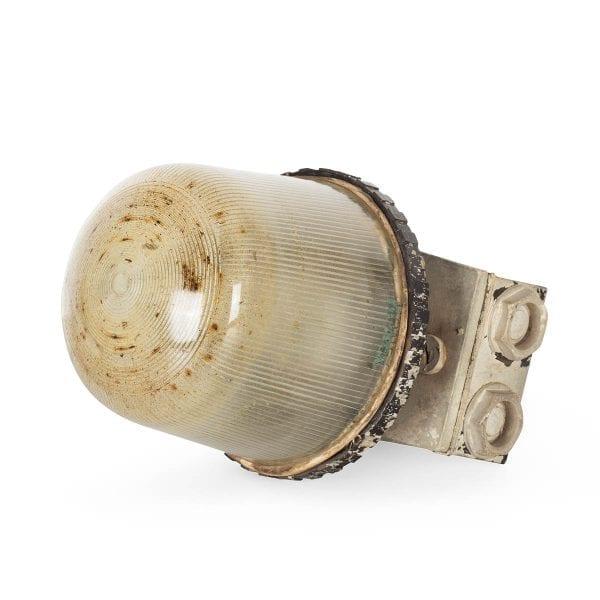 Anciennes appliques industrielles en métal.