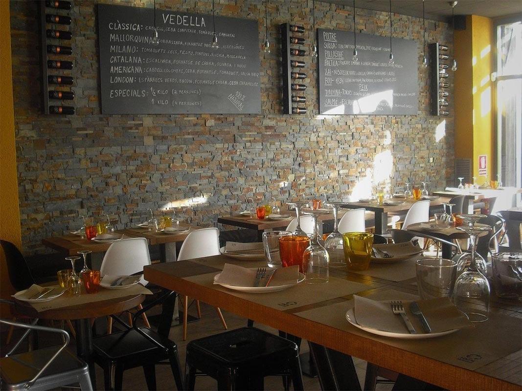 mobiliario vintage e industrial de la firma de muebles FS en restaurante Divuit trenta-quatre