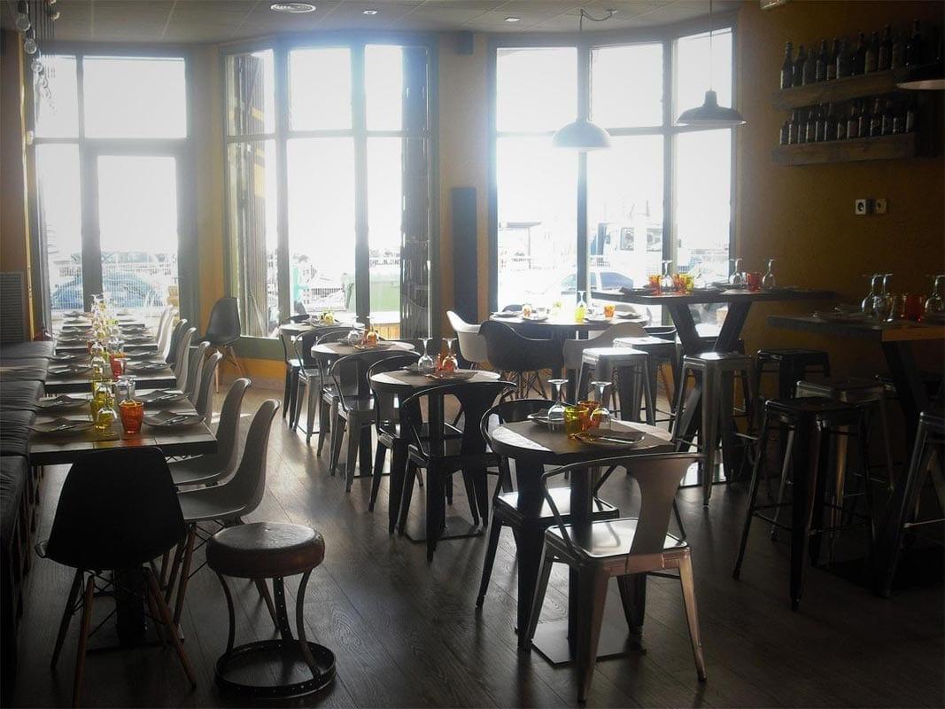 Sillas vintage y taburetes de la firma FS en el restaurante Divuit trenta-quatre de Girona.