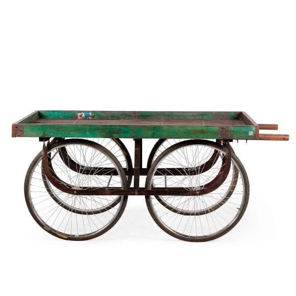 Ancien chariot en bois vert.