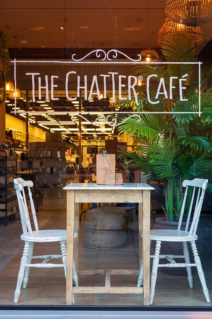 Tendance Wabi-Sabi et style vintage dans la déco de la cafétéria The Chatter Café.