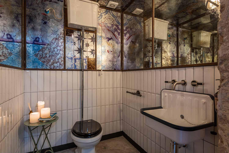 Un showroom que no descuida ni su baño.