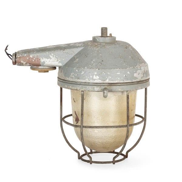 Photo.Lampe ancienne récupérée pour les bars.