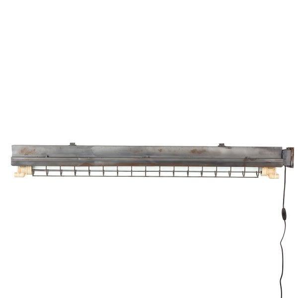Lampe plafonnier de type industriel.