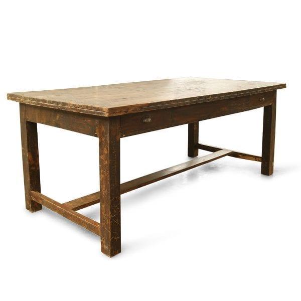 Photo.Table ancienne récupérée pour l'hôtellerie.
