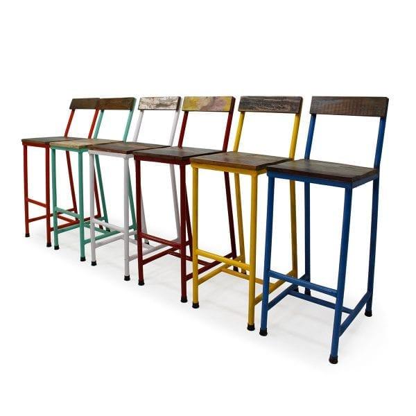 Tabourets hauts de bar de couleur en bois.
