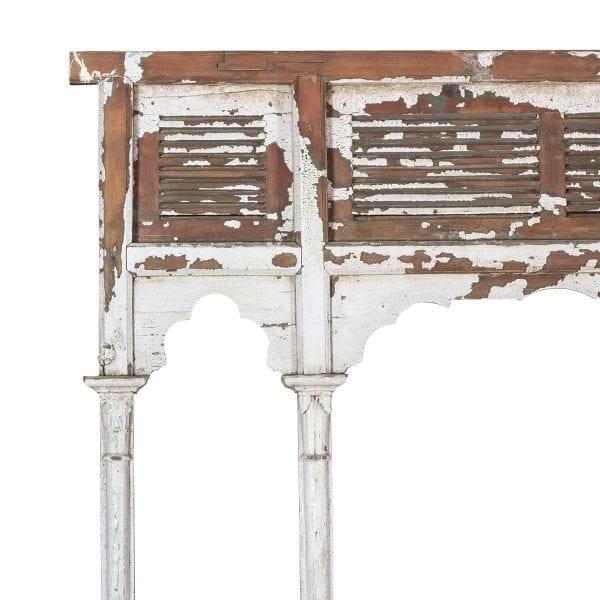 Antigua portada de madera blanca.