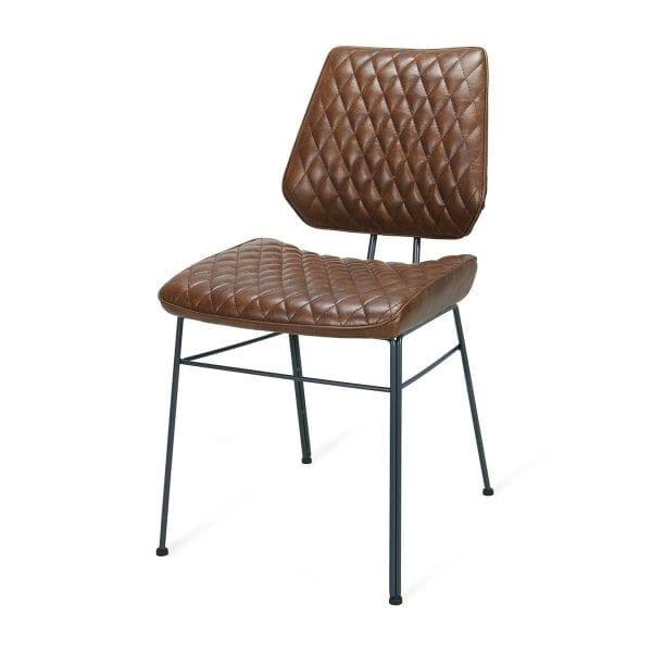 Brighton.Chaises rétro, tapissées en éco-cuir marron.