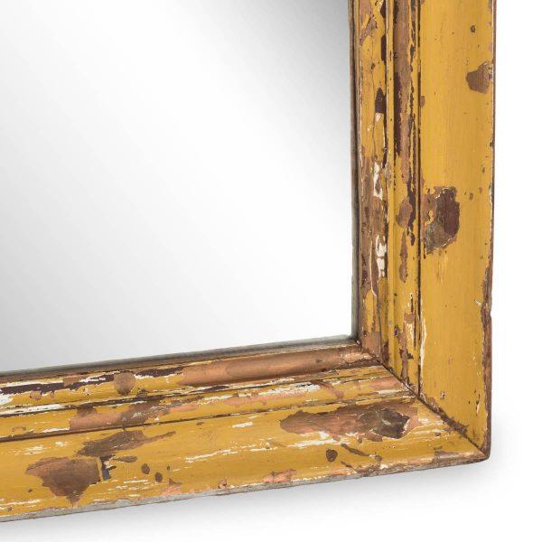 Imagen del marco decapado del espejo antiguo.