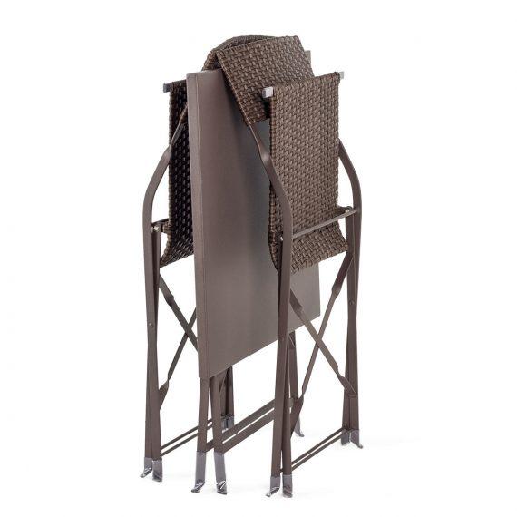 Chaises et tables pliantes.