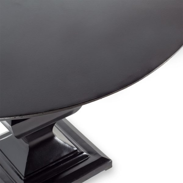 Mesa redonda oscura.