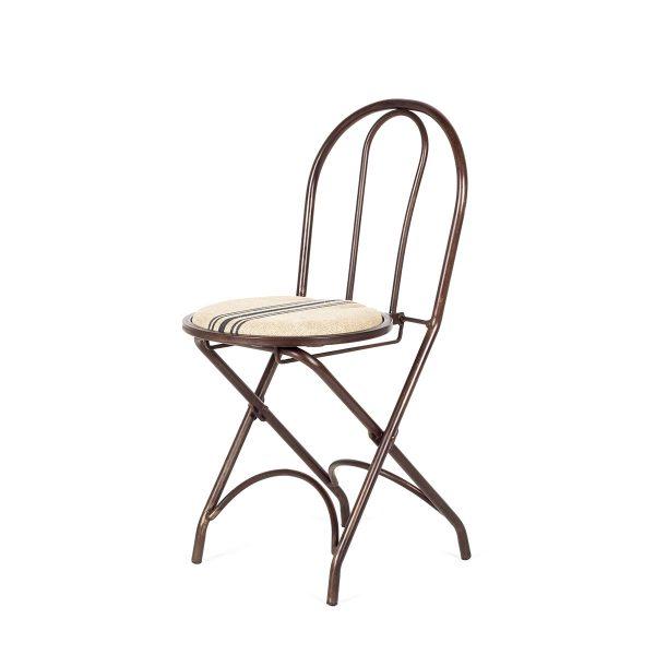 Chaise de métal pliante.
