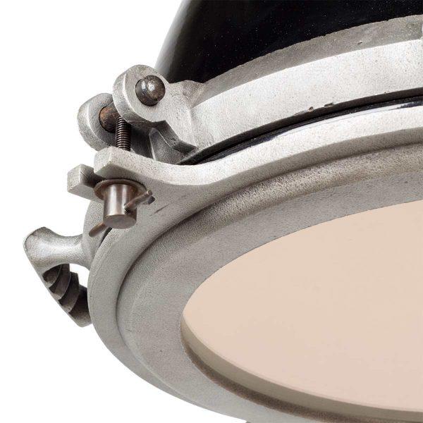 Lampes suspendues industrielles.