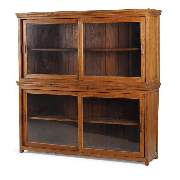 Mueble vitrina de madera.